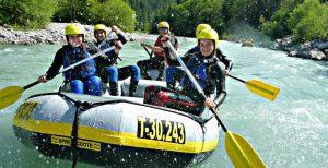 Waser spritzen beim Rafting in Östrreich Tirol.