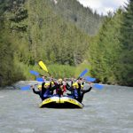 Paddel hoch im Raftingboot beim Rafting im Lechtal Tirol