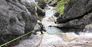 abseilen an hohem Wasserfall, Canyoning