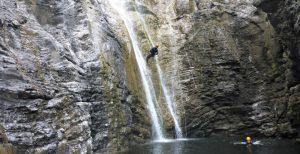 Abseilen beim Canyoning an den Stuibenfällen in Reutte Tirol