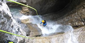 Abseilen an Wasserfall beim Canoning in Tirol