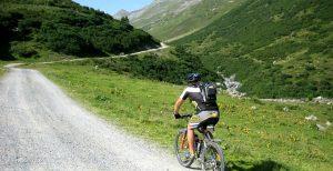 Mit dem Mountain-Bike auf eine Alm in Tirol