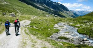 Mountainbiken auf einem Forstweg im Lechtal Tirol