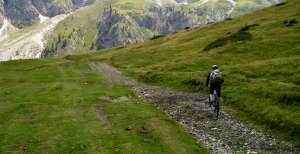 Mountainbiker auf einem Almweg