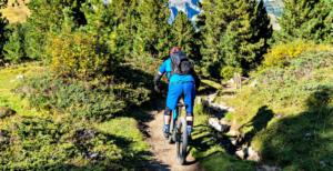 Mountainbiker auf einem Singletrail in Tirol Österreich