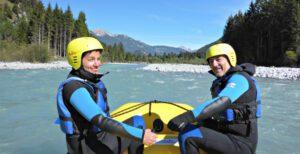 Paar bei einer Privatraftingtour auf dem Lech in Tirol