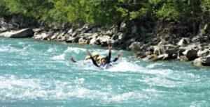 Spaß beim Wildwasser schwimmen im Lech